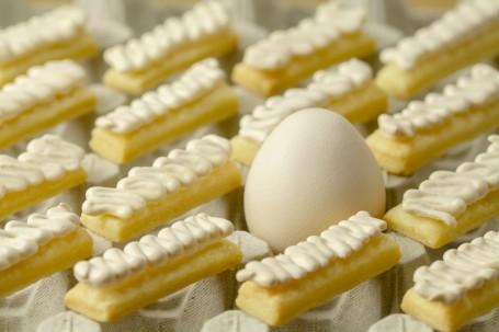 Butterstangerl - In eine Eierhöcker ist ein Ei zu sehen. Rund um das Ei sind die schön in Schlangenlinien aufgespritzten Butterstangerl platziert. (Foto: Tobias Schneider-Lenz - Nicht zur freien Verwendung)