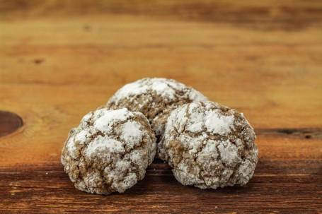 Süße-Mini-Brotlaibe - Auf einer Holzfläche liegen 3 Stück der Mini Brotlaibe. Sie sind leicht aufeinander gelegt. (Foto: Tobias Schneider-Lenz - Nicht zur freien Verwendung)