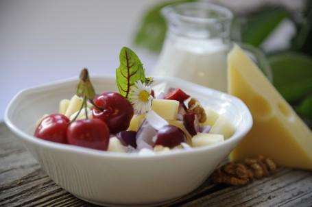 Pikanter Kirschen-Käsesalat -  (Foto: Elisabeth Heidegger - Nicht zur freien Verwendung)