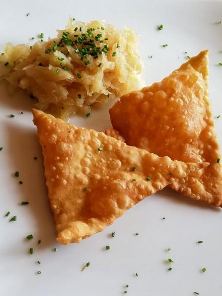 Hasenöhrl mit Sauerkraut - Es sind dreieckige Teigtaschen mit Sauerkraut zu sehen. (Foto: Claudia Wallmann - Nicht zur freien Verwendung)