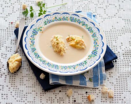 """Montafoner """"Sura Kees""""-Rahmsuppe mit Käse-Grießnockerln -  (Foto: K&K/Andrea Jungwirth - Nicht zur freien Verwendung)"""