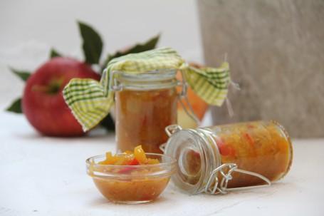 Feuriges Apfel-Chili-Chutney - Auf dem Bild sind zwei Einmachgläser mit dem fertigen Apfel-Chili-Chutney zu sehen. Im Vordergrund steht ein kleine Glasschüssel mit dem frischen Chutney. (Foto: Elisabeth Heidegger - Nicht zur freien Verwendung)