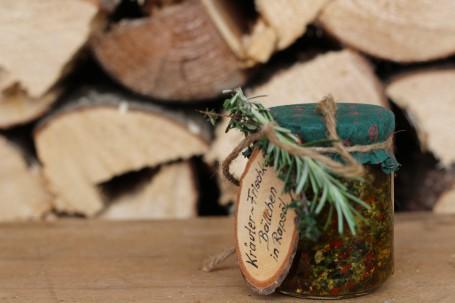 Eingelegter Frischkäse - Auf dem Bild sieht man ein Glas in dem sich der eingelegte Frischkäse mit Kräutern befindet. (Foto: Romana Schneider-Lenz - Nicht zur freien Verwendung)