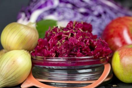 Fermentiertes Rotkraut - In einem Einmachglas befindet sich das fertige Rotkraut. Außerdem sind auf dem Bild noch Äpfel und Zwiebeln zu sehen. (Foto: Tobias Schneider-Lenz - Nicht zur freien Verwendung)