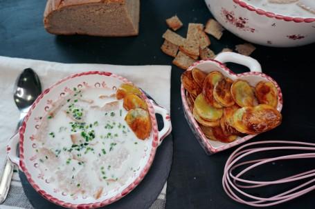 Salzburger Schottsuppe mit Erdäpfelblattln - Auf dem Bild sieht man die fertige Schottsuppe mit den Brotwürfeln und den gebackenen Erdäpfelplattln. (Foto: Hannah Mösenbilchler - Nicht zur freien Verwendung)