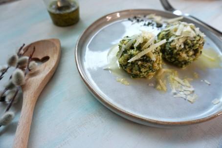 Bärlauchknödel - Auf dem Bild sieht man zwei Bärlauchknödel garniert mit geriebenen Käse. (Foto: Regina Putz - Nicht zur freien Verwendung)