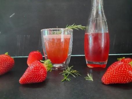 Erdbeer-Shrub - Auf dem Bild sieht man den roten Erdbeer-Shrub in der Flasche. (Foto: Romana Schneider-Lenz - Nicht zur freien Verwendung)