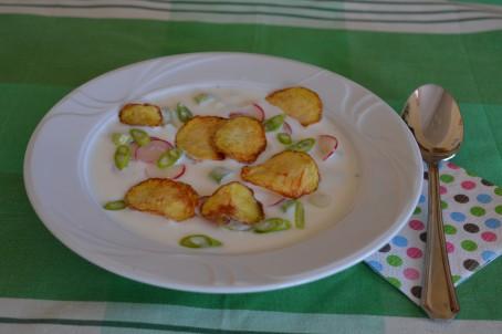 Kalte Buttermilchsuppe mit Radieschen und warmen Erdäpfelchips -  (Foto: Eva Maria Lipp - Nicht zur freien Verwendung)
