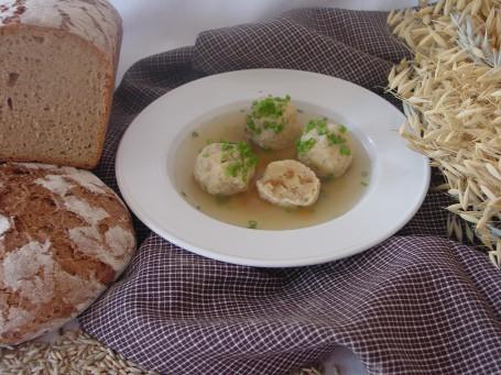 Suppe mit Schwarzbrotknödeln -  (Foto: Eva Maria Lipp - Nicht zur freien Verwendung)