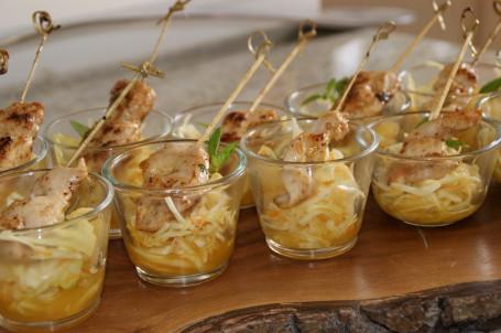 Feurige Hendlspieße auf buntem Krautsalat -  (Foto: Evelyn Puchner - Nicht zur freien Verwendung)