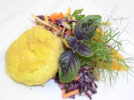 Herbstlicher Salatteller mit Polenta-Schafkäselaibchen -  (Foto: LKOOE/Romana Schneider - Nicht zur freien Verwendung)