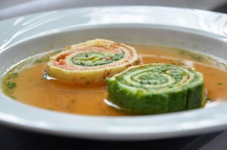 Klare Suppe mit zweifärbiger Gemüse-Palatschinkenroulade -  (Foto: Eva Maria Lipp - Nicht zur freien Verwendung)