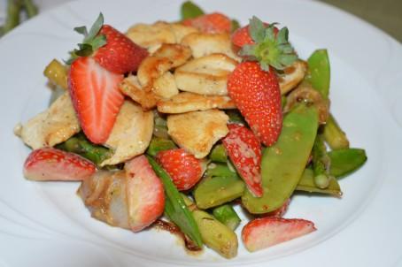 gebratenes Hendlfilet auf Spargel mit Erdbeeren -  (Foto: Eva Maria Lipp - Nicht zur freien Verwendung)