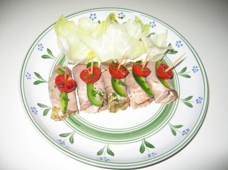 Gefüllte Schweinsbratenröllchen auf Blattsalat -  (Foto: Elisabeth Hundsdorfer - Nicht zur freien Verwendung)