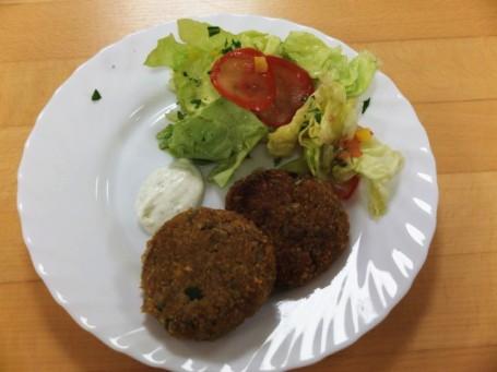 Kräuterlaibchen mit Dipsauce und Salat -  (Foto: Resy Strasser - Nicht zur freien Verwendung)