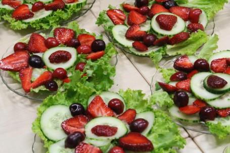 Gurkensalat mit Erdbeeren und Kirschen -  (Foto: Cilli Geißegger - Nicht zur freien Verwendung)