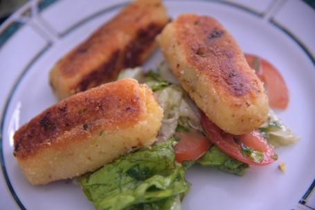 Wildkräuter-Kroketten auf gemischtem Salat -  (Foto: Stefan Stinglmayr - Nicht zur freien Verwendung)