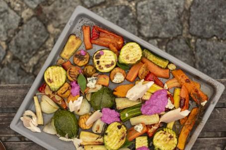 Ofenwurzeln - Buntes (Grün, Orange, Gelb) Gemüse auf einem Blech, dekoriert mit Kräutern (Foto: Tobias Schneider_Lenz - Nicht zur freien Verwendung)