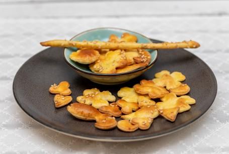 Erdäpfelplätzchen - Goldgelb gebackene Plätzen in verschiedenen Formen platziert auf einem dunklen Teller (Foto: VrK/Achim Mandler Photography - Nicht zur freien Verwendung)
