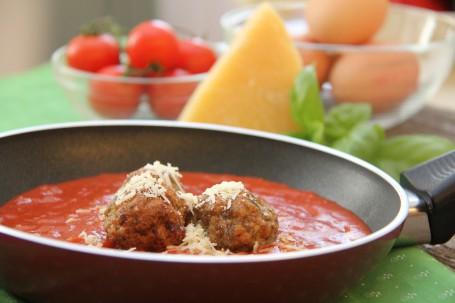 Fleischknödel mit Käse in Tomatensauce -  (Foto: Elisabeth Heidegger - Nicht zur freien Verwendung)