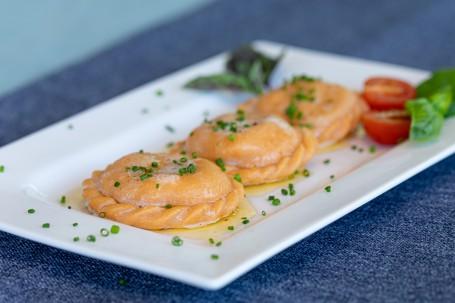 Tomaten-Mozzarella Nudeln - Auf einem weißen rechteckigem Teller liegen 3 faustgroße leicht rötliche (Foto: VrK/Achim Mandler Photography - Nicht zur freien Verwendung)